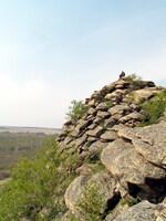 Скалы на озере