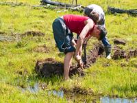 Народная забава - откопай ЗИЛ из болота