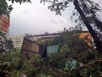 Гараж протащило 20м и поставило на крышу!